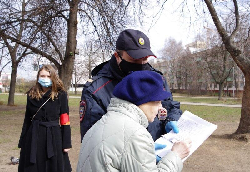 Полицейские и члены Общественного совета при УВД по ЮВАО провели профилактическую беседу с нарушителями режима самоизоляции в Кузьминках