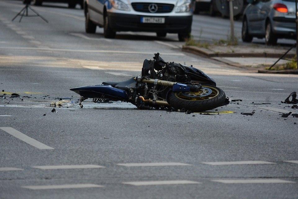 Мотоциклист не справился с управлением на Волжском бульваре