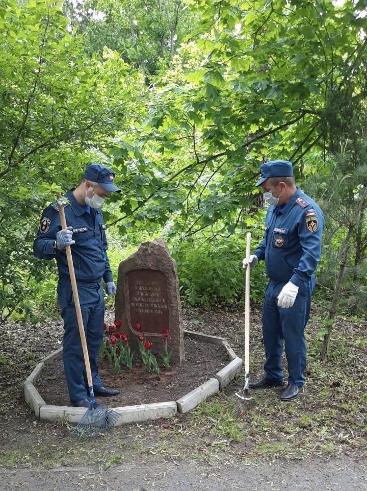 Сотрудники МЧС из ЮВАО привели в порядок мемориал в Кузьминском парке